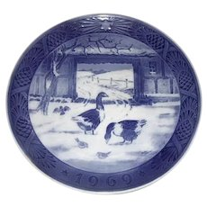 Royal Copenhagen 1969 Christmas Collector Plate In The Old Farmyard
