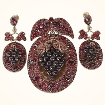 Pendant and Earrings of Gold and Garnets in Grape Motif