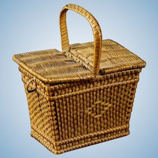 Beautiful antique small French wicker/picnic basket in excellent condition. French, 1900's.