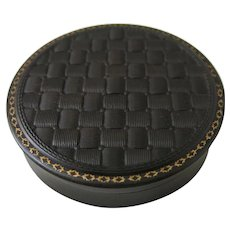 19th Century Round French Napoleon III Vulcanite Snuff Box With Basketweave Top And Gold Highlights