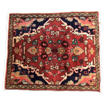 Persian rug. vintage Bakhtiari, 2' x 3 '. Lovely colors and soft pile. Approximately 60 years old.