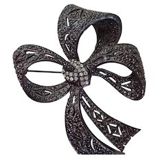 OSCAR DE LA RENTA Ribbon Bow Pave Rhinestone Brooch In Box