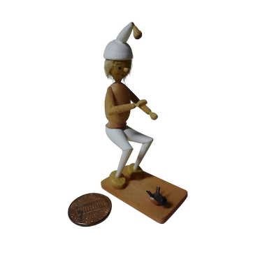 Vintage DDR Erzgebirge wooden small man with fly from wilhelm bush book