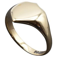 Vintage signet ring. Shield shape signet ring in 9ct gold.