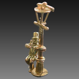 Drunk on a lamp post Charm in 9ct gold