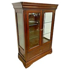 Shenandoah Valley Console Display Case Cabinet Front Glass Doors illuminated