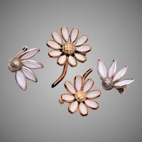 Trifari 3 piece Poured Glass Daisies Set - Pre 1955