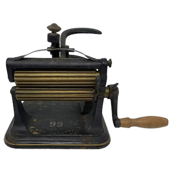 1870 Tabletop Crank Mrs Susan R Knox Cast Iron Fluting Pleating Crimper