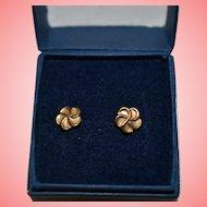 9 kt Gold Flower Shape Stud Earrings