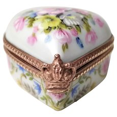 Antique porcelain Jewellery, pill box in fine hand-painted porcelain floral decor  19th Century French Antique