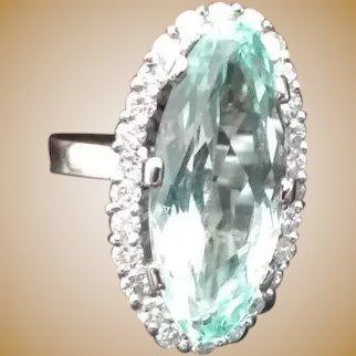 Bague en or 18K ornée de diamants et d'une aigue marine de 10 carats