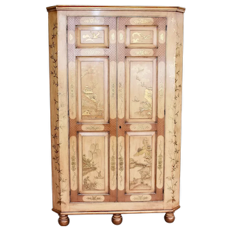 18th Century English George III Lacquer and Gilt Chinoiserie Corner Cupboard