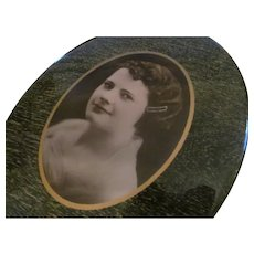 PRETTY GIRL w/Bobbed Hair~Vintage Standing Oval Celluloid Metal Tin Button Photo