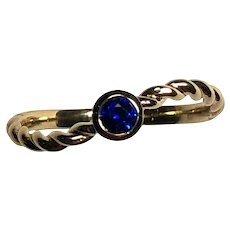 Contemporary Daisy Exclusive Sri Lankan Royal Blue Sapphire 18K Yellow Gold Ring