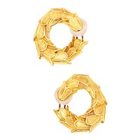 French modernist swirl scalloped clips-earrings in textured 18 kt yellow gold