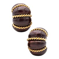 Seaman Schepps 18 kt yellow gold clip-earrings with shrimp carvings of rose wood