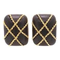 Seaman Schepps New York 18 kt yellow gold clip-earrings with caged wood carvings