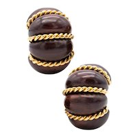 Seaman Schepps 18 kt yellow gold fluted clip-earrings with carvings of rose wood