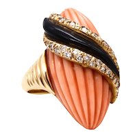 Andre Vassort 1960 France 18 Kt gold cocktail ring with 1.02 cts diamonds coral and onyx