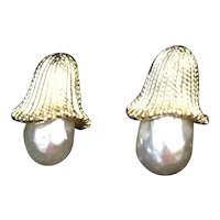 Sarah Coventry faux Pearl and textured gold tone clip on earrings