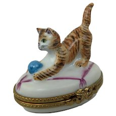 Vintage Limoges France Playful Cat Kitten Ball Peint Main Porcelain Trinket Box