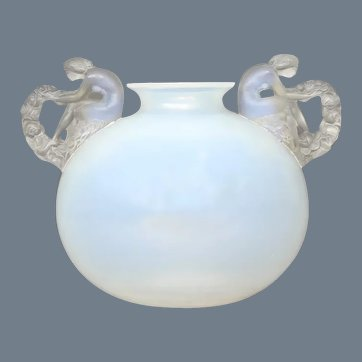 An opalescent Bouchardon vase by R.Lalique