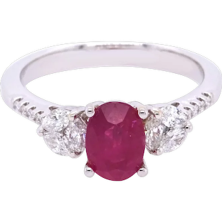 18K Gold Ring with White Diamonds and Ruby