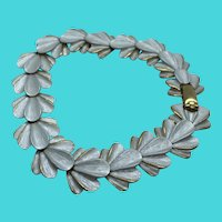 """Vintage 7.5"""" Gold Tone Painted White Scalloped Shell / Floral Link Bracelet"""