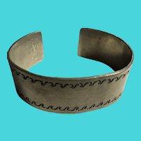 Vintage Casi SVENSKT TENN Handarbete Tooled Pewter Cuff Bracelet