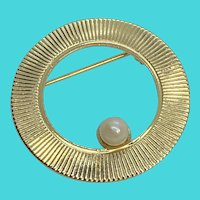 Stunning Vintage Gold Tone & Cultured Pearl Circle Brooch / Pin