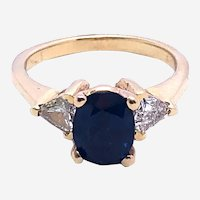 1.20 ct Sapphire Flanked by 0.50 ct Triangle Diamonds Ring, 14 kt Gold