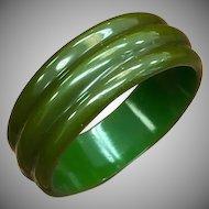 Vintage Rare 1930s 1940s Unique Ridged Carved emerald or kelly Green Bakelite bangle bracelet