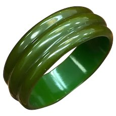 Vintage Rare 1930s 1940s Unique Ridged Carved emerald or kelly Green Bakelite bangle bracelet