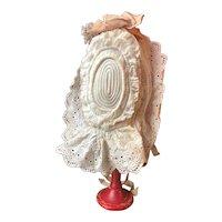"""Frilly bonnet for a circa 18"""" tall bébé"""