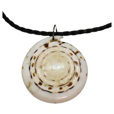 Gorgeous Vintage Naturalistic Sea Shell Pendant Leather Chain Necklace