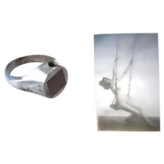 Very unusual men ring with a Stanhope lens showing a miniature photograph of a naked woman on a swing - Erotica - 1900 -