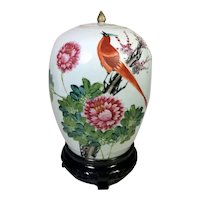 Qing Dynasty Chinese Porcelain Vase with Lid And Hand Painted Decoration 1870