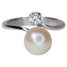 white 18 Kt gold ring with 8 mm cultured pearl and 0.15 Ct VVS diamond