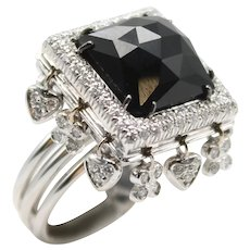 18Kt white gold ring with square onyx, diamonds and small pendants