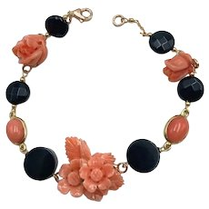 Bracelet in 18kt yellow gold with engraved pink coral in the shape of flowers and black onyx