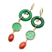 Earrings in 18kt yellow gold with jade rings, engraved jade disk, coral and diamonds