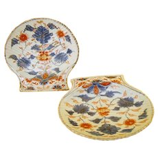 A pair of 18th century Chinese Imari export scallop shell dishes