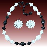"""MIRIAM HASKELL """"jeu d'échecs"""" Black & White Poured Art Glass Demi Parure"""