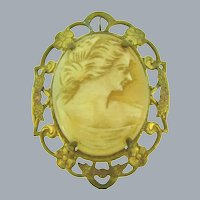 Vintage Shell Cameo Brooch/Pendant in gold tone frame