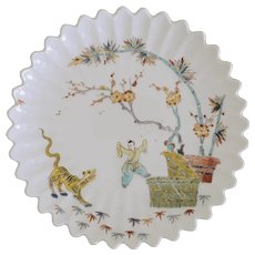 Chinoiserie Limoges Porcelain Plate Scalloped Edge Mennecy Paris Style MMA - 20th Century, France