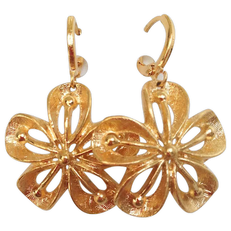 Designer gold-plated vintage flower earrings upcycled, elegant jewelry design.
