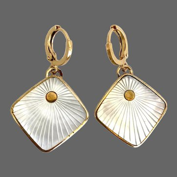 Vintage earrings mother of pearl in golden brass frame engraved sun rays hypoallergenic gold-plated lever back clasp fashion jewelry feminine design.