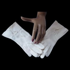 Vintage Ladies Gloves Off White Above Wrist Keyhole by Lily Dache Size 6 1/2