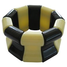 French 1940's Hard Plastic Resin Stretch Bracelet In Ivory And Black