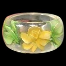 Vintage REVERSE CARVED LUCITE Ring Yellow Rose Green Leaves Sz. 7.75
